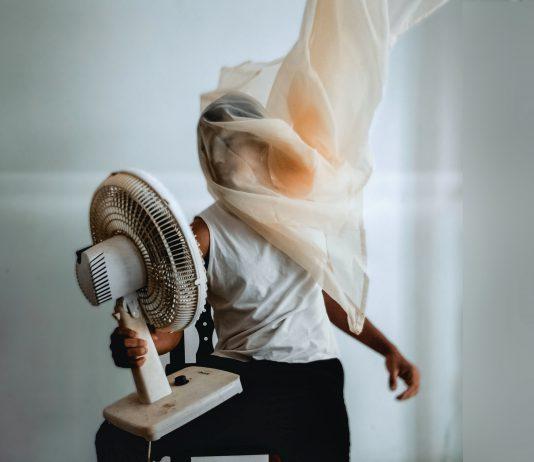 10% del consumo de electricidad mundial corresponde al uso del Aire Acondicionado, que repercute directamente al calentamiento global. Una alternativa son los sistemas de climatización pasiva, que se basan en aprovechar las fuentes de energía y calor que se presentan de forma natural