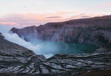 Este año 2021 está dejando impactantes imágenes sobre la actividad volcánica alrededor del mundo pero lo que no muchos saben es que existe un volcán de lava azul. Se encuentra en Indonesia y el color de su lava se debe a las altas cantidades de azufre que contiene el volcán.